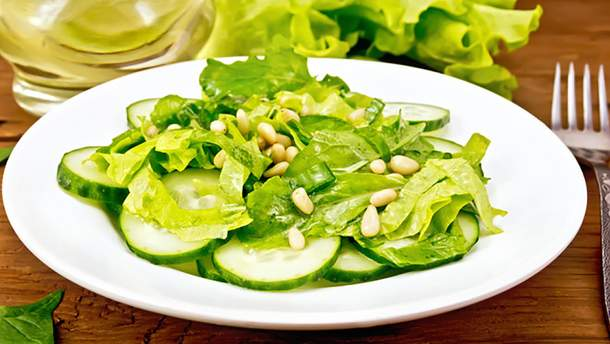 Салат из огурцов и кедровых орешков