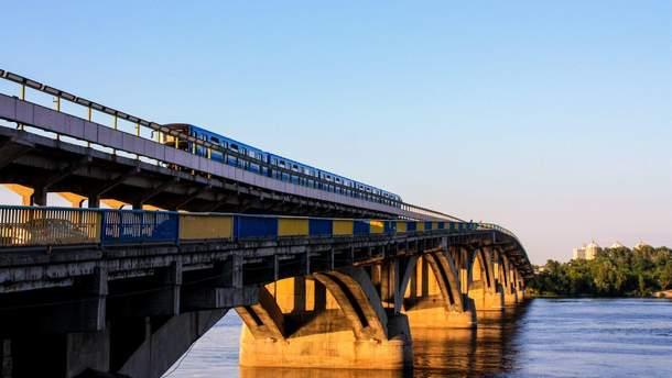 У Києві підлітки каталися на даху поїзда метро: у соцмережі опублікували відео
