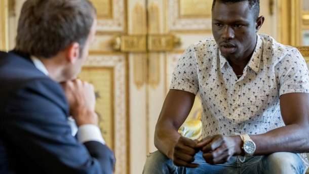 Макрон пообіцяв громадянство мігранту, який врятував дитину