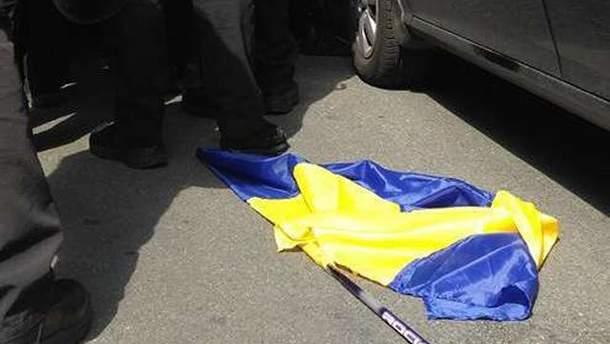 На Львовщине мужчина бросил на землю украинский флаг