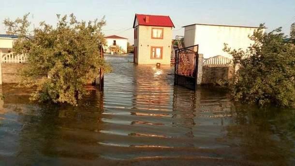 Из-за шторма в Азовском море, известный курорт все еще подтоплен