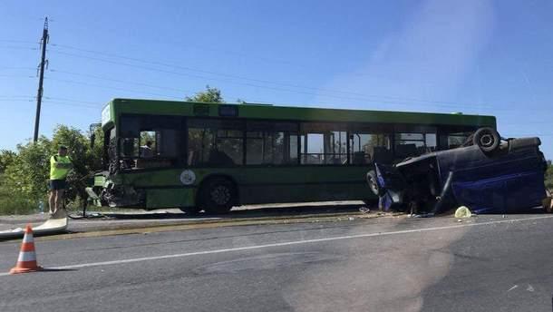 На Харківщині внаслідок зіткнення легковика та автобуса загинув чоловік