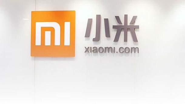 Фото смартфона Xiaomi Mi 8 и фитнес-трекера Mi Band 3
