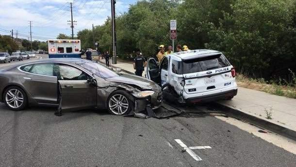 Автомобиль Tesla на автопилоте врезался в авто полицейских