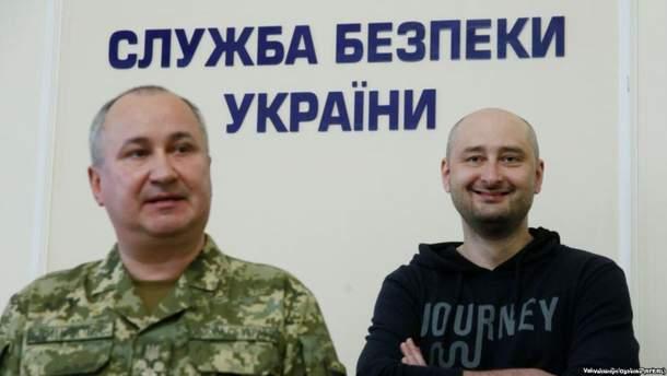 Аркадий Бабченко справа