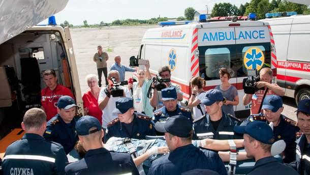 Рятувальники літаком доправили дітей із сусідньої держави до сумської лікарні