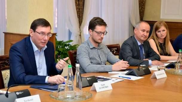 Луценко з Грицаком звітували перед іноземними послами