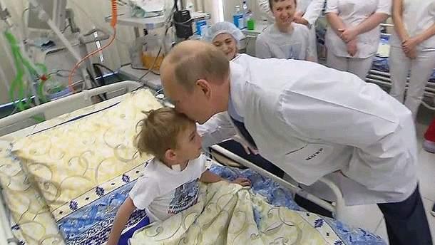 Путін знову поцілував хлопчика