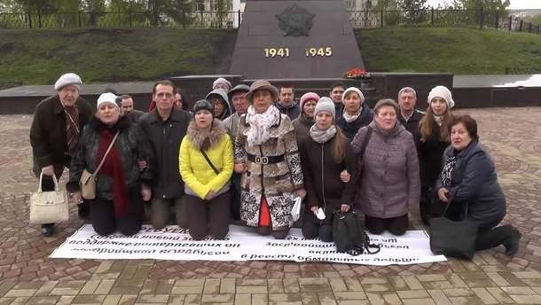У Росії люди стали на коліна звертаючись до Путіна