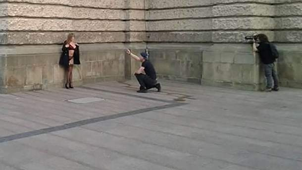 В центре Львова фотографы устроили эротическую съемку