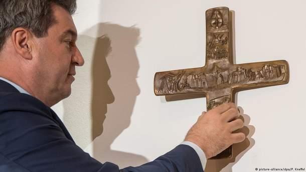 Еще 25 апреля премьер-министр Баварии Маркус Седер поцепил крест во входной зоне в Баварской государственной канцелярии
