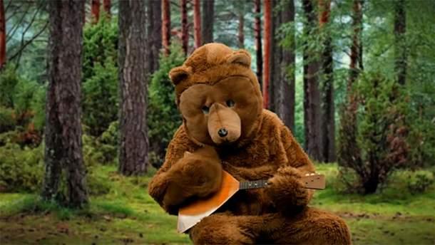Бельгиец в образе медведя спел про водку в России