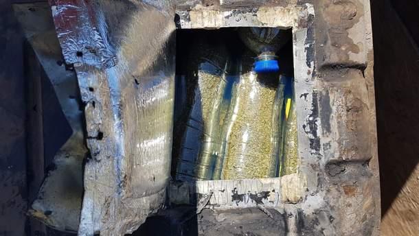 """В авто українця був тайник, де знаходилася чимала кількість сіро-зеленої """"травички""""."""