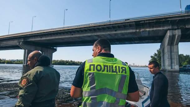Зі столичного Південного мосту зістрибнув чоловік
