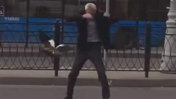 Утка набросилась на таксиста в Москве