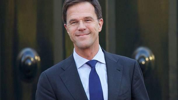Премьер Нидерландов Марк Рюте вымыл пол в парламенте