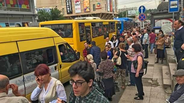 У Тбілісі – транспортний колапс: наземний громадський транспорт не справляється з потоком пасажирів