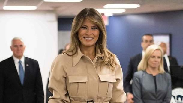 Чарівна Меланія Трамп засвітила стильне вбрання під час брифінгу: фото