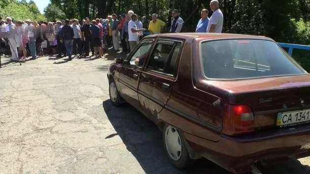 На Черкащині люди перекрили дорогу, вимагаючи врятувати місцеву річку від відходів