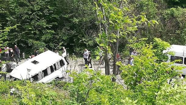 Микроавтобус со школьниками съехал в овраг на Гомборском перевале в Грузии