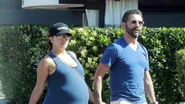 Беременная Ева Лонгория на прогулке с мужем