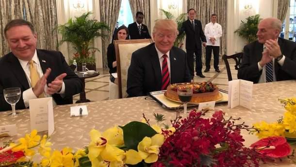 Дональду Трампу в Сингапуре вручили торт ко дню рождения