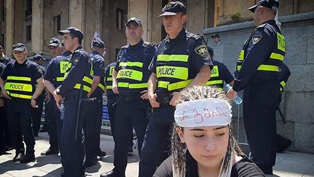 """""""Ми будемо тут, поки наші вимоги не будуть виконані"""": поліція затримує мітингувальників в Грузії"""
