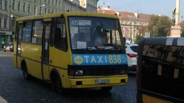 У Львові дитина випала з маршрутки під час руху: відео з місця події
