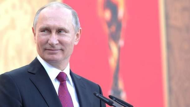 """У мережі висміяли фото """"придавленого"""" Путіна під час концерту до відкриття ЧС-2018"""