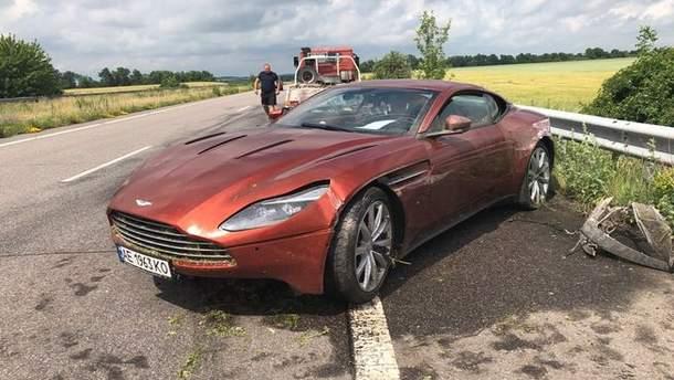 Aston Martin DB11 , який потрапив у ДТП
