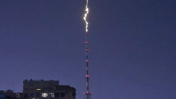 Непогода в Киеве: в сети опубликовали момент попадания молнии в Дорогожицкую телебашню