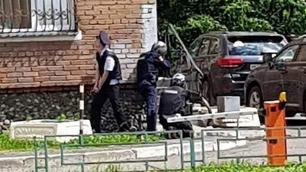 Полиция оцепила офис, в котором забаррикадировался мужчина