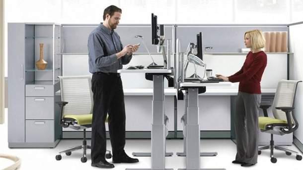 Сотрудники Apple работают стоя