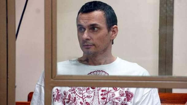 Сенцова в реанимацию не доставляли, он продолжает голодать