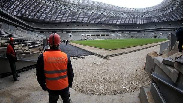 """На """"Лужниках"""" будівельники не прикрутили сидіння на центральній трибуні – вболівальнику на матчі-відкриття довелося стояти"""