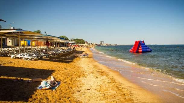 Полупустой пляж в оккупированной Феодосии в Крыму