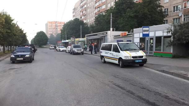 Во Львове на перекрестке улиц Симоненко и Научной обнаружили тело мужчины: его застрелили одним выстрелом в живот.
