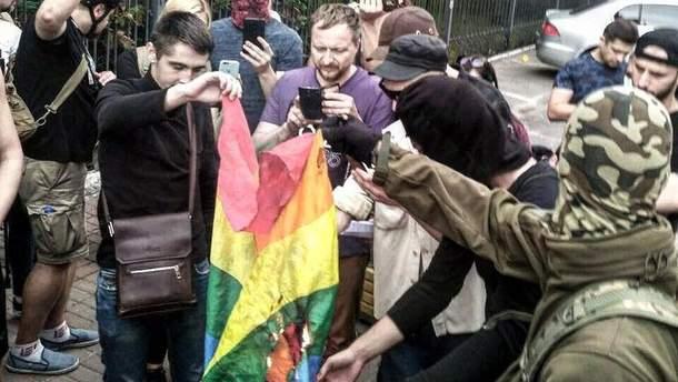 У Києві пікетувальники спалили прапор ЛГБТ-спільноти