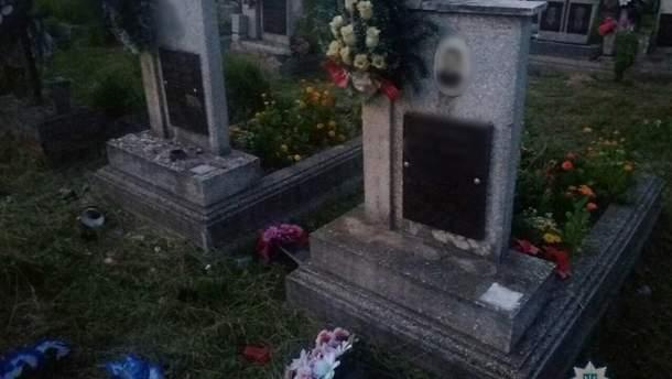 На Закарпатті троє дітей перекинули мармурові вази, квіти, лампадки на сільському кладовищі