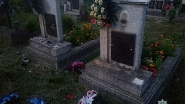 На Закарпатье трое детей опрокинули мраморные вазы, цветы, лампадки на сельском кладбище