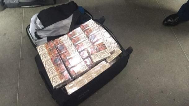 Прикордонники виявили вісім великих валіз, запакованих тисячами пачок сигарет