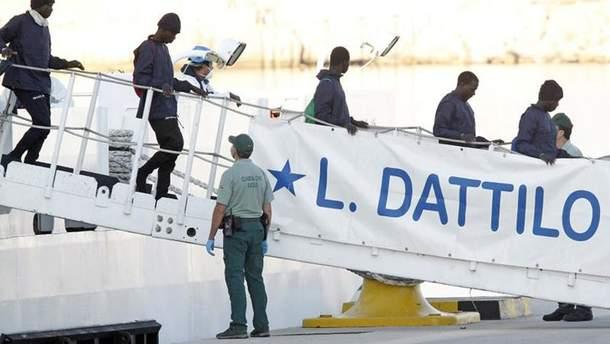 Более 600 беженцев с корабля Aquarius прибыли в порт Валенсии
