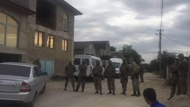 В Крыму снова обыски: силовики задержали отца и дочь
