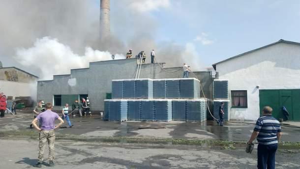 В Ровенской области горит стеклозавод