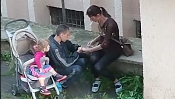 У Львові на відео зняли пару ймовірних наркоманів, які кололись на очах у дитини