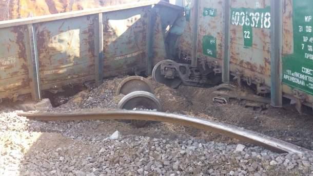 В Днепре 11 вагонов грузового поезда во время движения сошли с рельсов: видео аварии