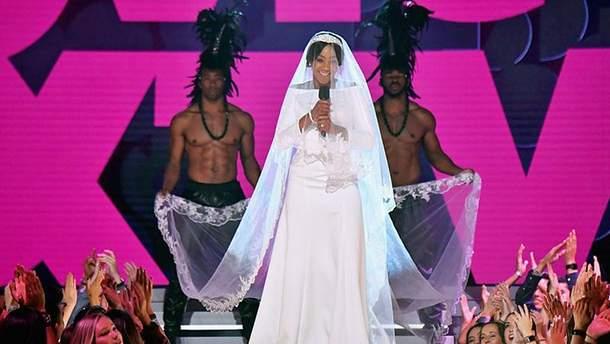 Ведущая премии MTV Movie Awards удивила зрителей неожиданным образом Меган Маркл