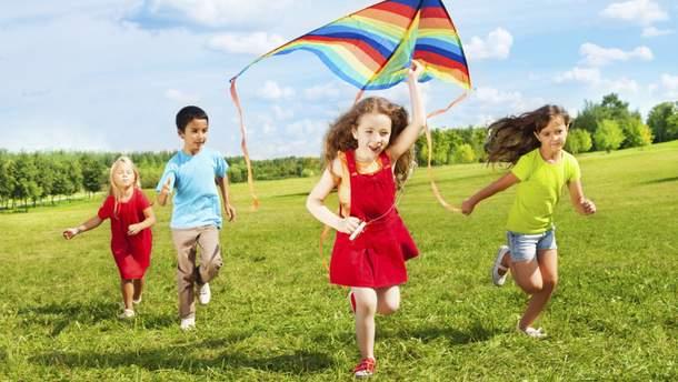 Не варто одягати  додатковий шар одягу на дітей у спеку