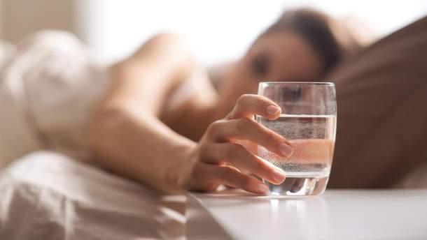 Врач советует пить стакан воды перед сном