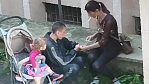 У Львові забрали дитину у жінки, яка колола наркотики на очах у доньки